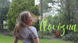 mujer bajo llovizna